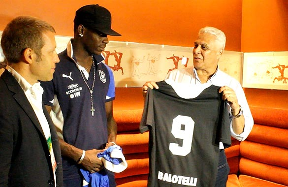 f52f2af32cf09 Presidente Roberto Dinamite entrega a Mario Balotelli a 3ª Camisa Vascaína  alusiva à luta contra o