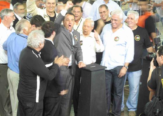 Sergio Cabral discursa na eleição de 2011 ao lado de Dinamite. Os Políticos, hoje alvo das manifestações por todo o Brasil, dominam, sucessivamente, a Presidência do CRVG, num espetáculo degradante de ineficiência