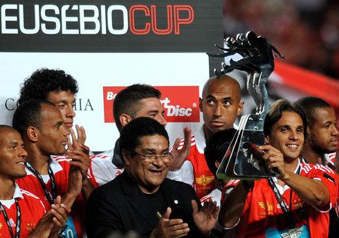 O craque Eusébio, ídolo de Portugal e do Benfica, entrega a Copa Eusebio aos Encarnados, em edição passado do tradicional torneio europeu