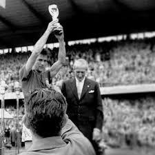 O gesto de Bellini ao levantar a Taça Jules Rimet é eternizado e repetido em todos os esportes