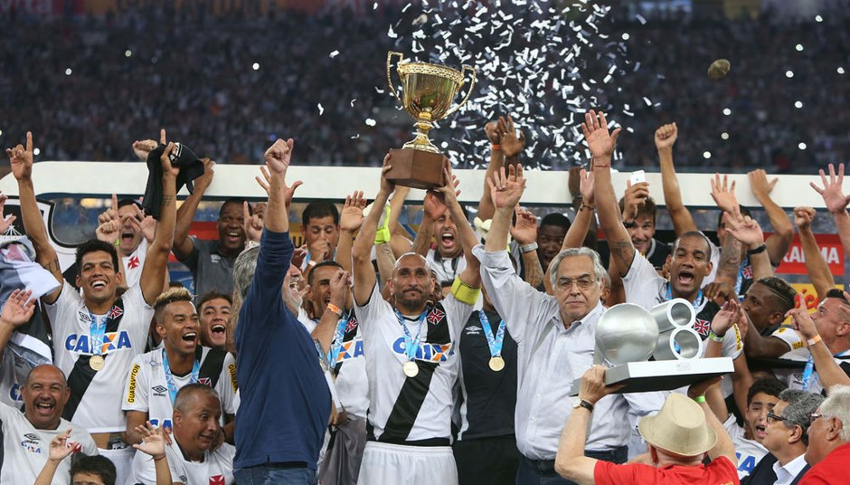 Vasco campeão Carioca de 2015 - Guiñazu levanta a taça 843cfb2add28d